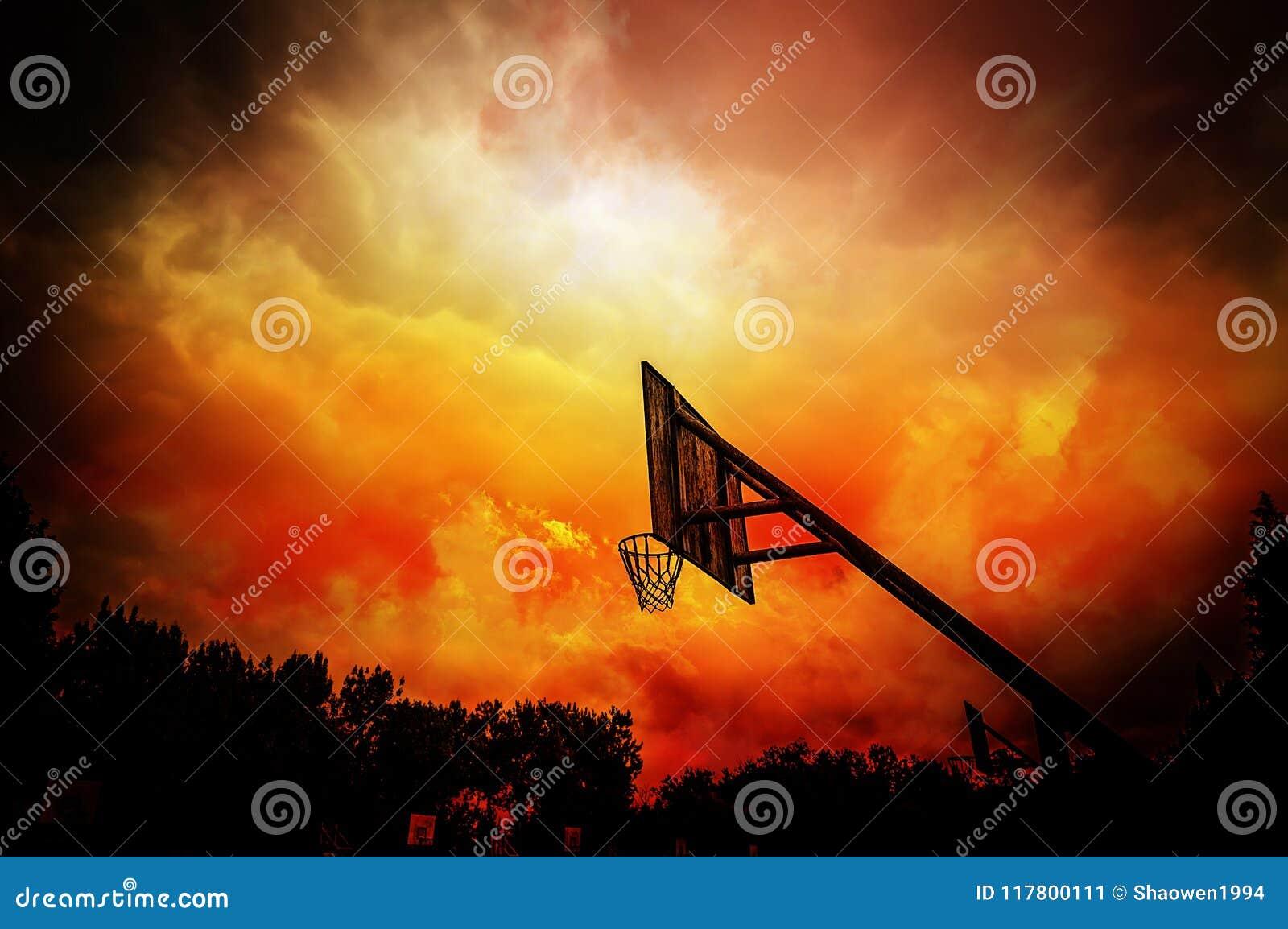 篮球篮在五颜六色的多云背景中