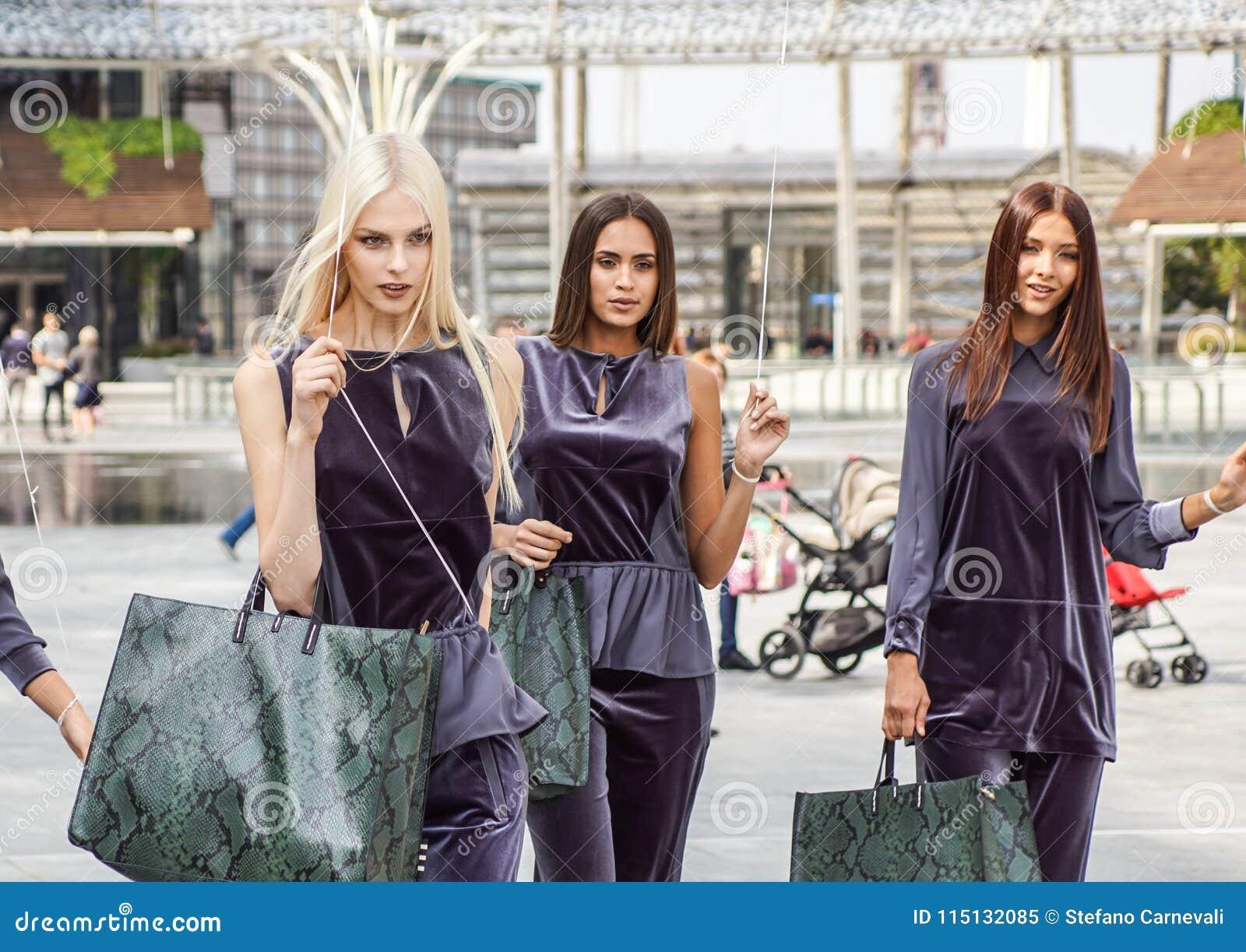米兰,意大利- 2017年9月22日:在米兰妇女期间,时兴的模型在街道上摆在时装表演大厦
