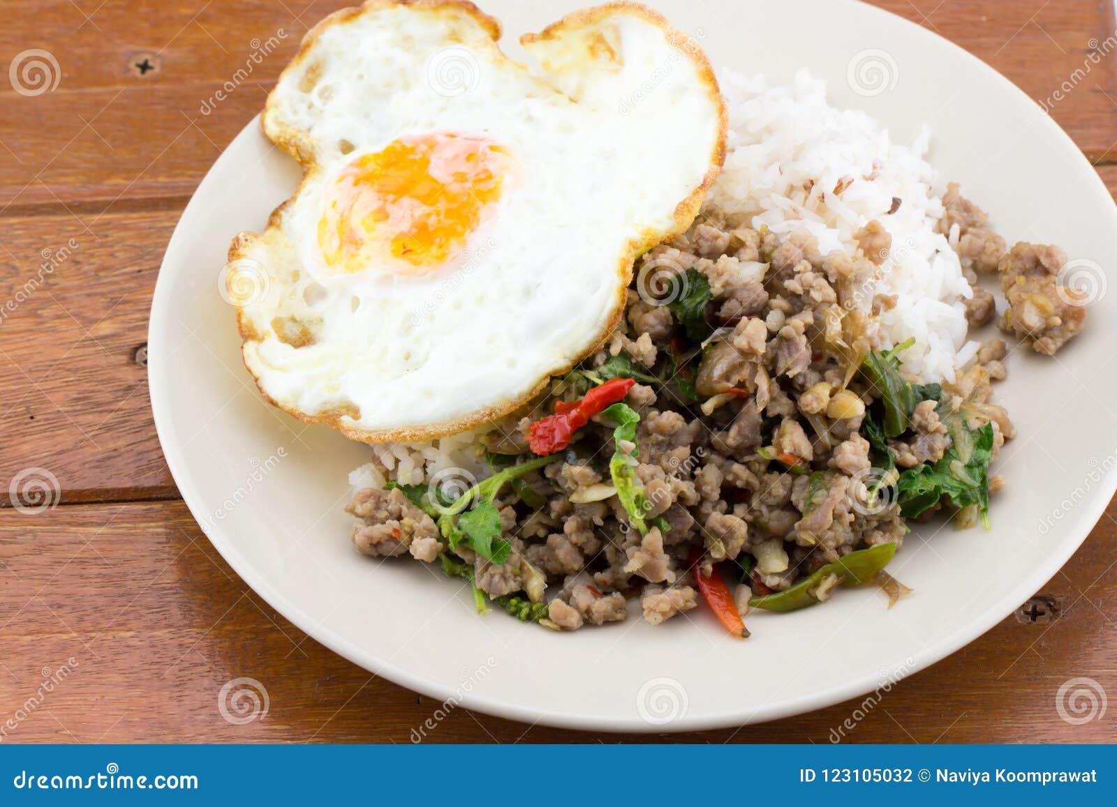 米冠上了与混乱油煎的猪肉蓬蒿和煎蛋