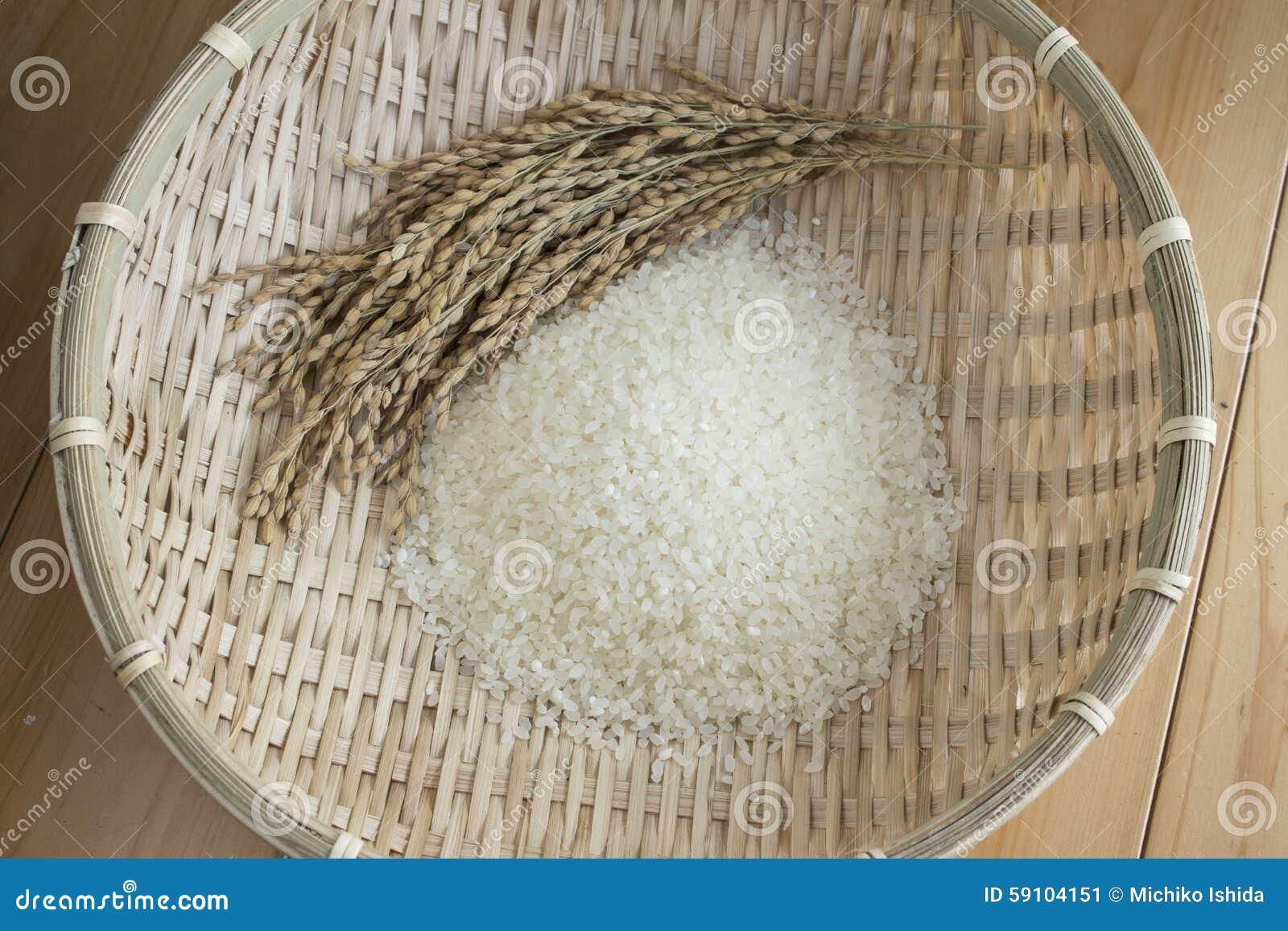 米和粮食作物一个竹篮子的