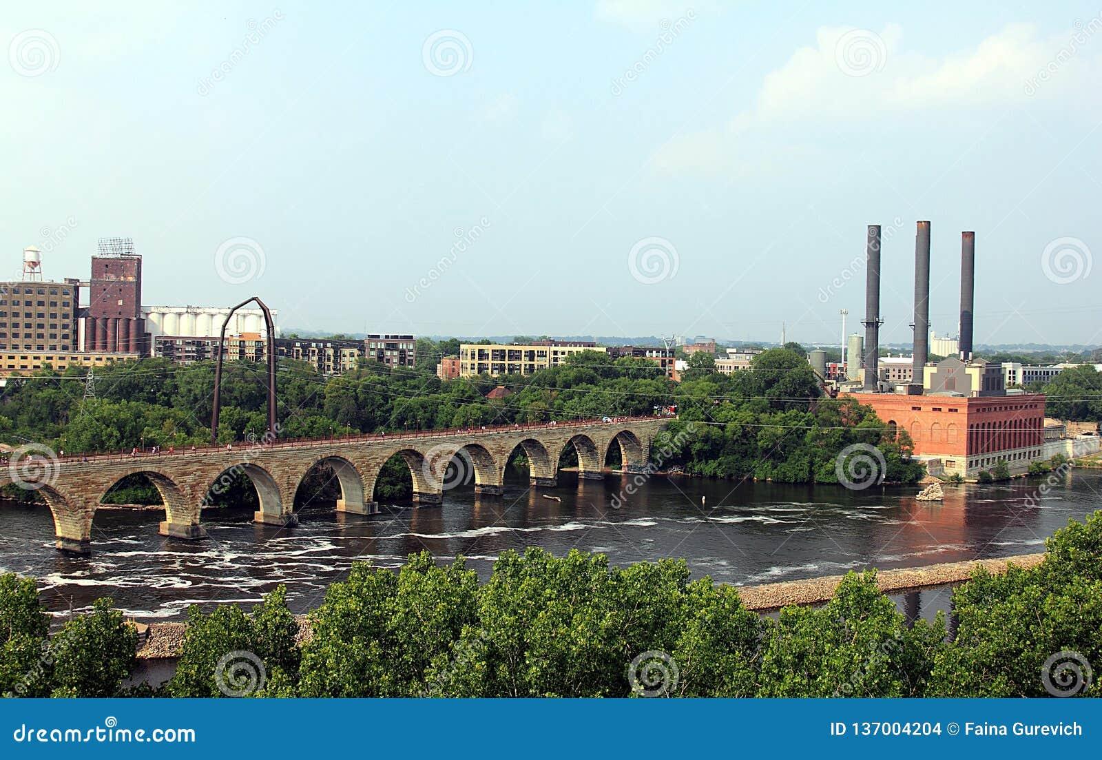 米尼亚波尼斯明尼苏达 密西西比河和石曲拱桥梁