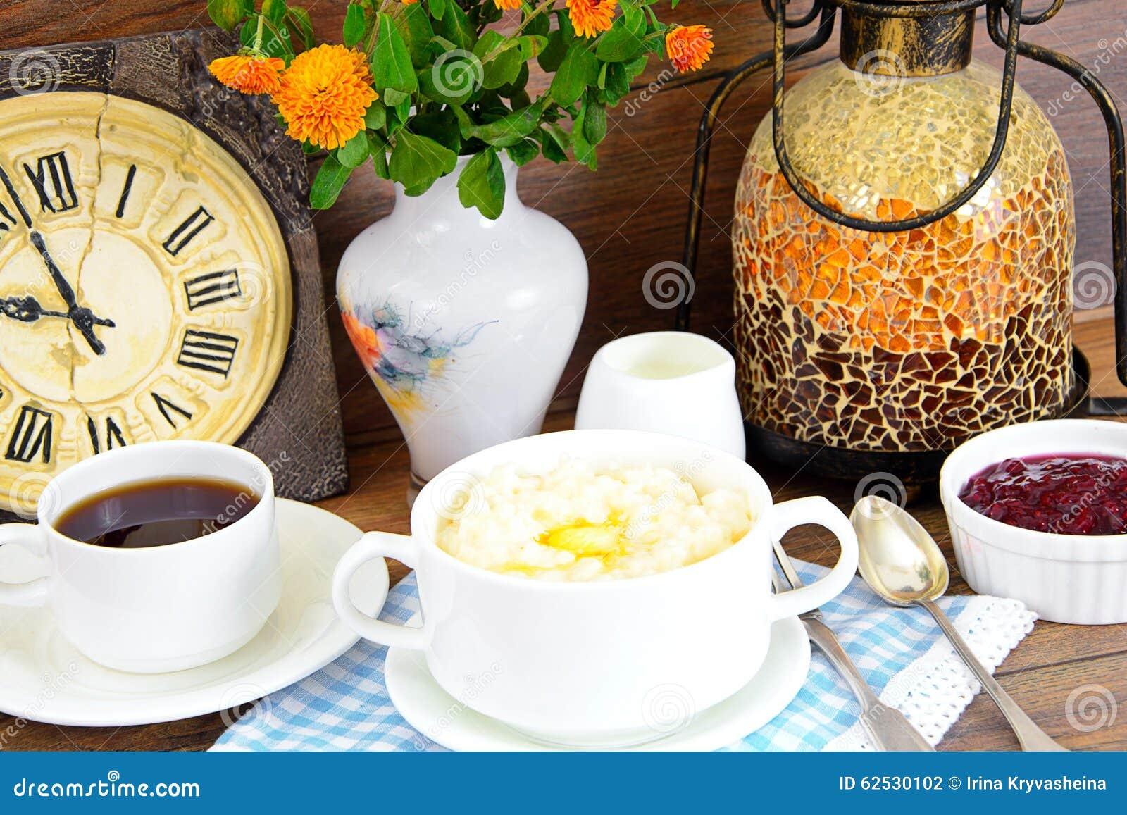 米粥用甜黄油、果酱和咖啡