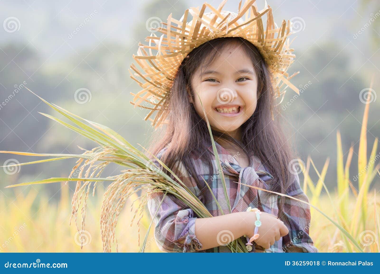米领域的愉快的亚裔孩子