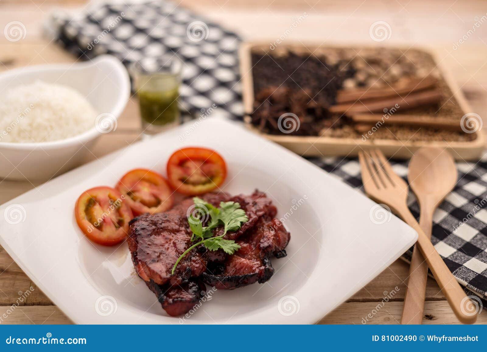 米,烤猪肉牛排,辣味番茄酱奶油用黑胡椒e