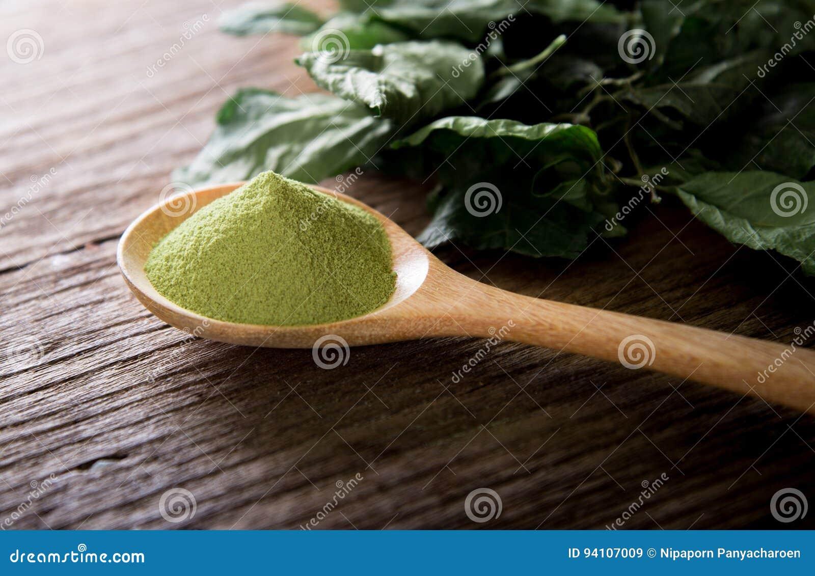 粉末绿茶和绿色茶叶