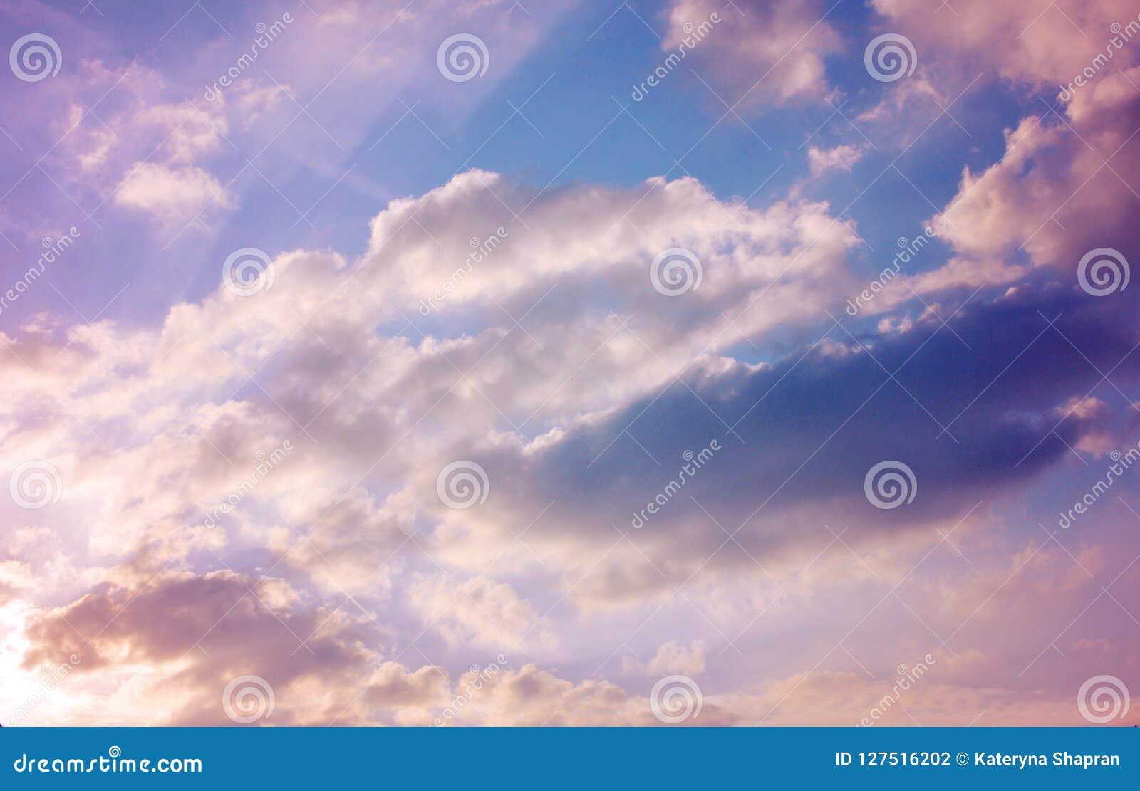 粉红彩笔云彩,美好的五颜六色的cloudscape