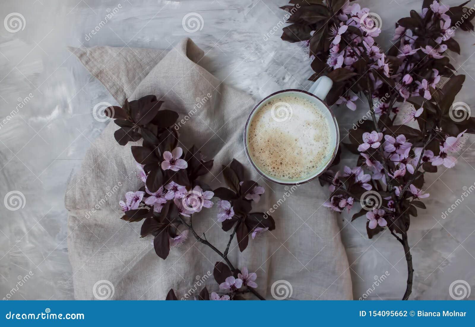 粉红彩笔花和一杯温暖的咖啡顶视图背景
