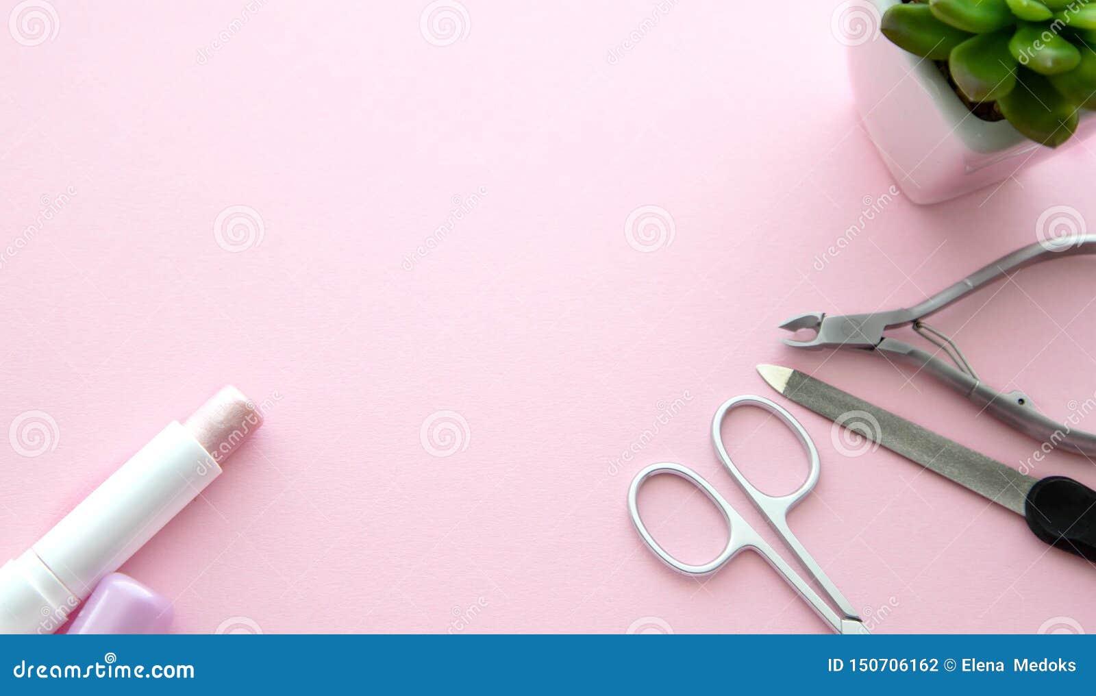 粉色口红、剪刀修指甲的,一把指甲锉、表皮少年和一朵绿色花在一个白色罐在桃红色背景,顶面