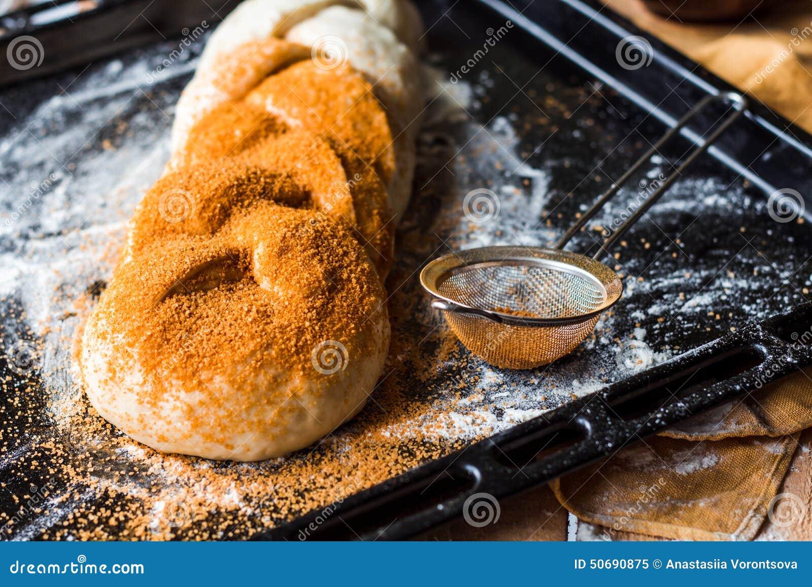 Download 粗暴小圆面包用在烹调期间的桂香,在未加工的面团涂黄油 库存图片. 图片 包括有 browne, 肥胖, brunching - 50690875