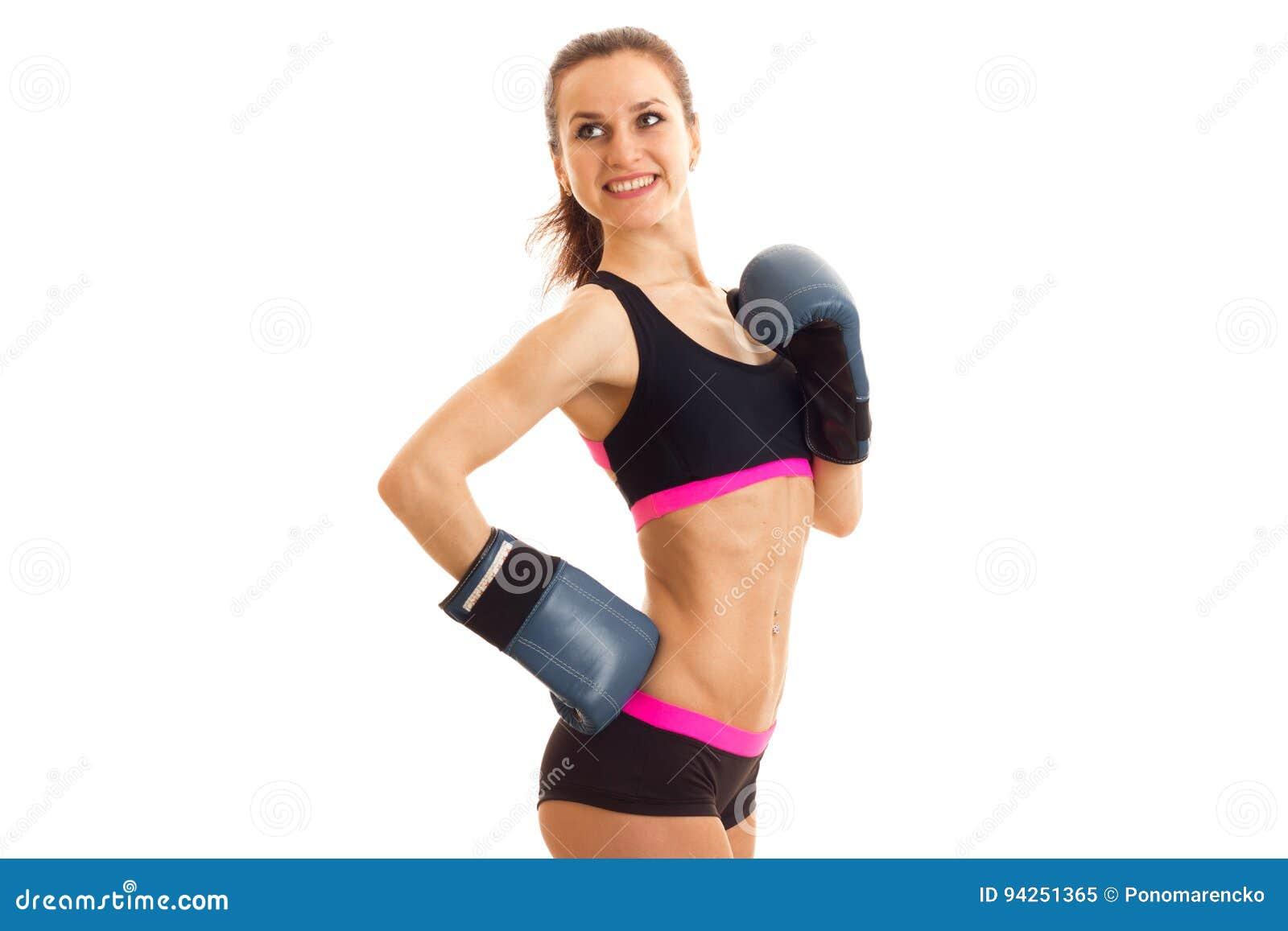 精力充沛的微笑的运动员在拳击手套和上面站立