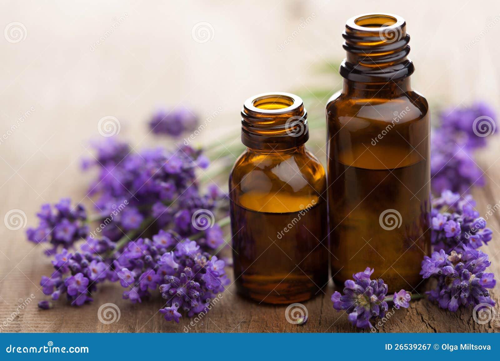 精油和淡紫色花