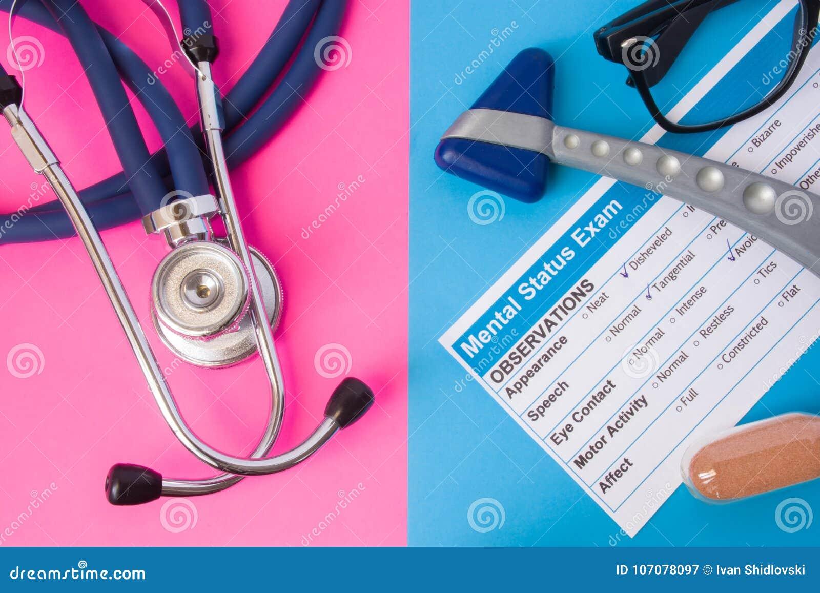 精神病学精神状态检查、滴漏、反射发嗡嗡声的东西和医疗听诊器在两种颜色背景中:蓝色和桃红色 概念o