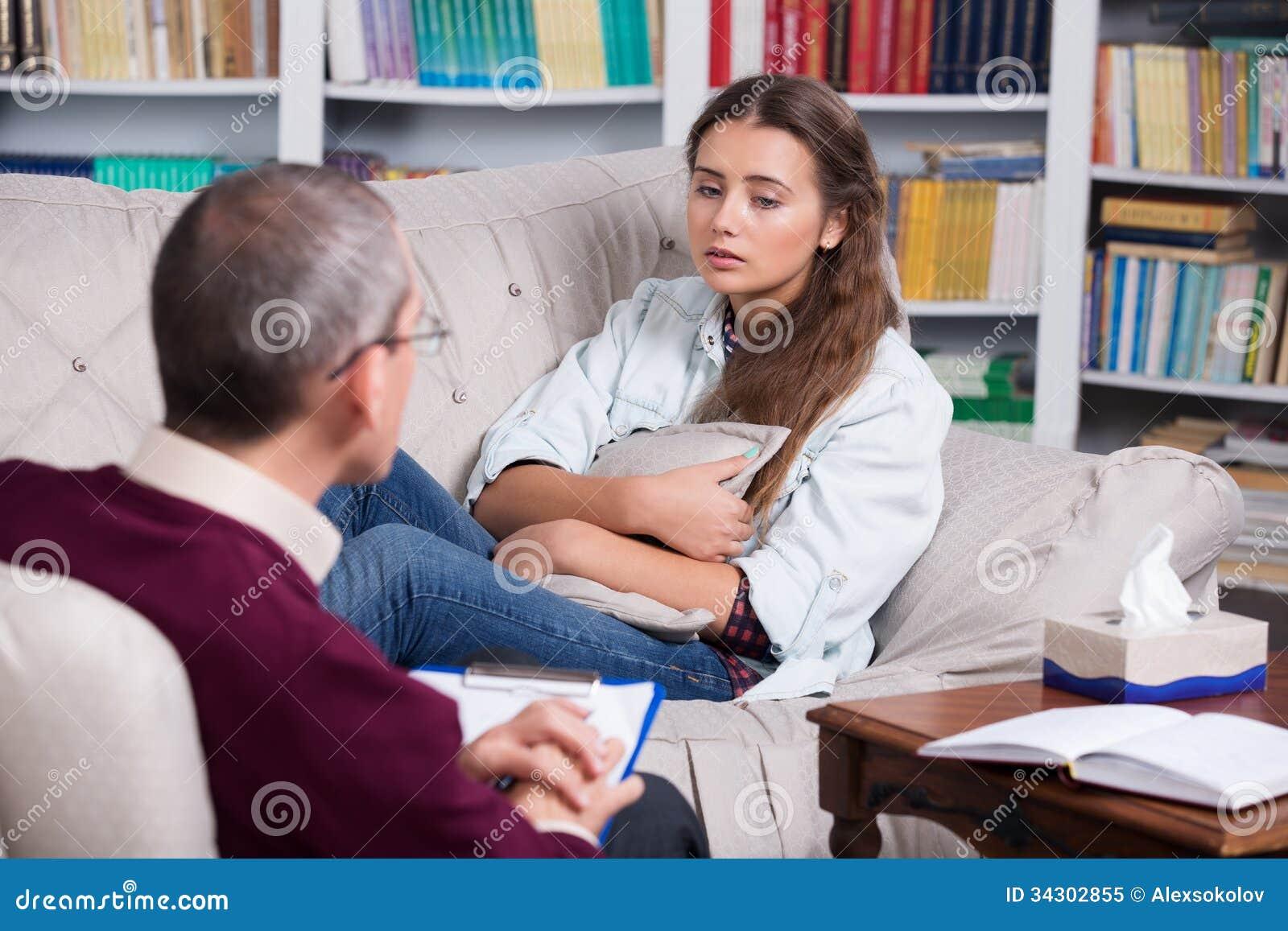 精神病医生和间距患者哭泣妇女界面设计文字ui图片