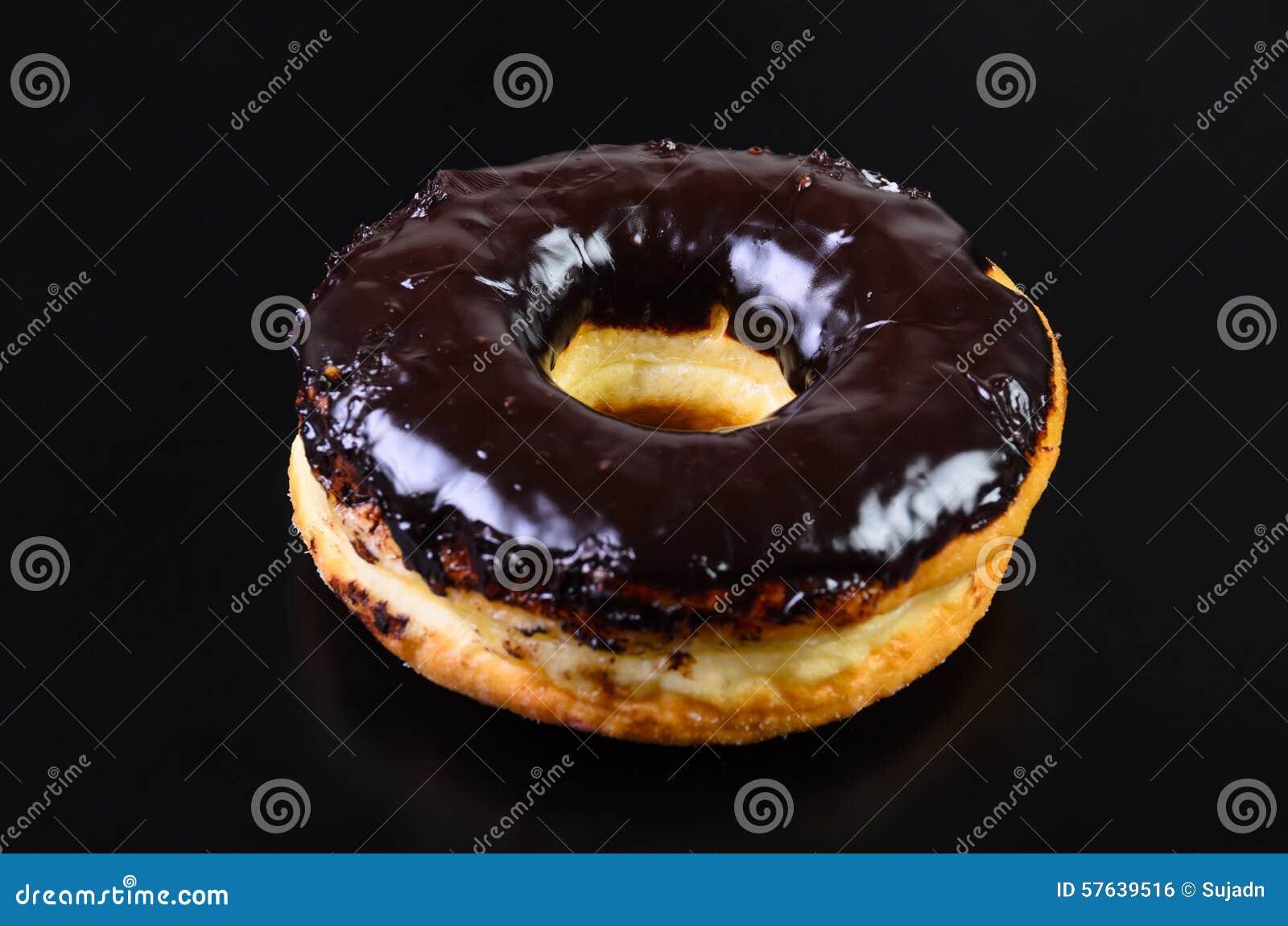 糖在黑背景的圆环多福饼
