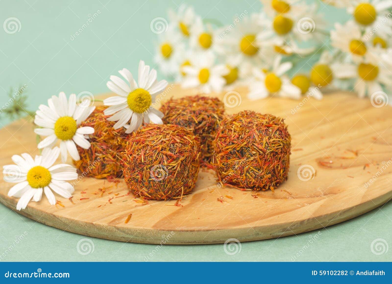 糖果用在雏菊背景的番红花