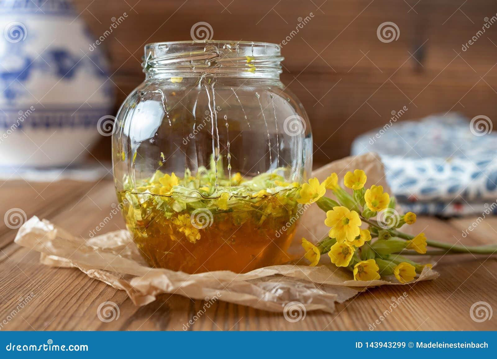 糖浆的准备从报春花花和蜂蜜的