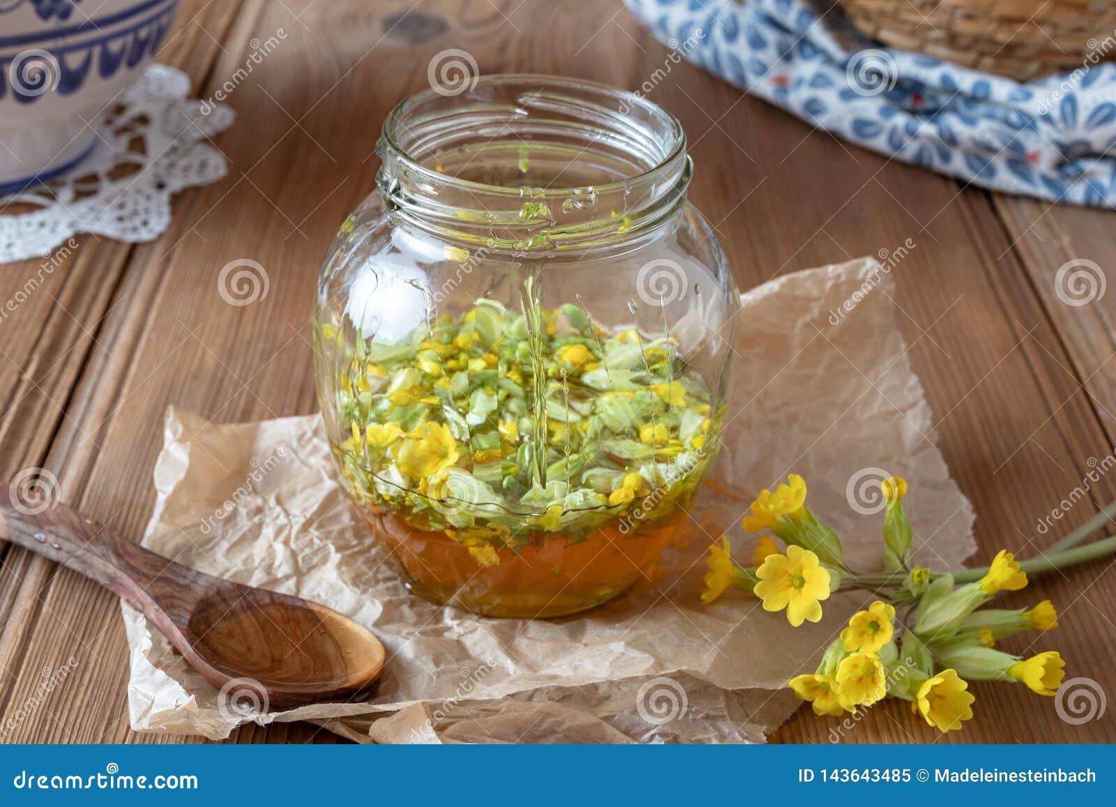 糖浆的准备从新鲜的报春花和蜂蜜的