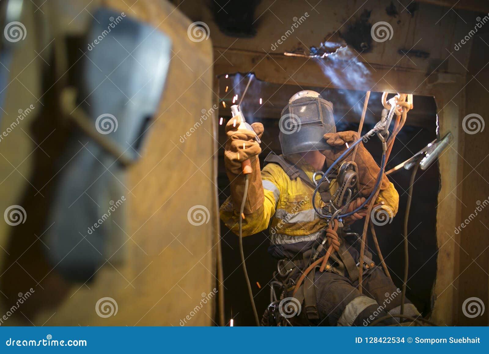 系住在局限的空间的通入焊工开始的焊接