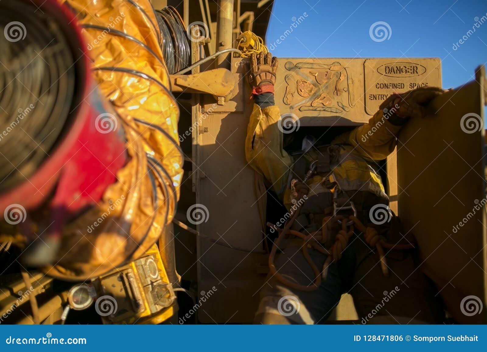 系住通入建筑工人佩带的安全带输入的工作在局限的空间