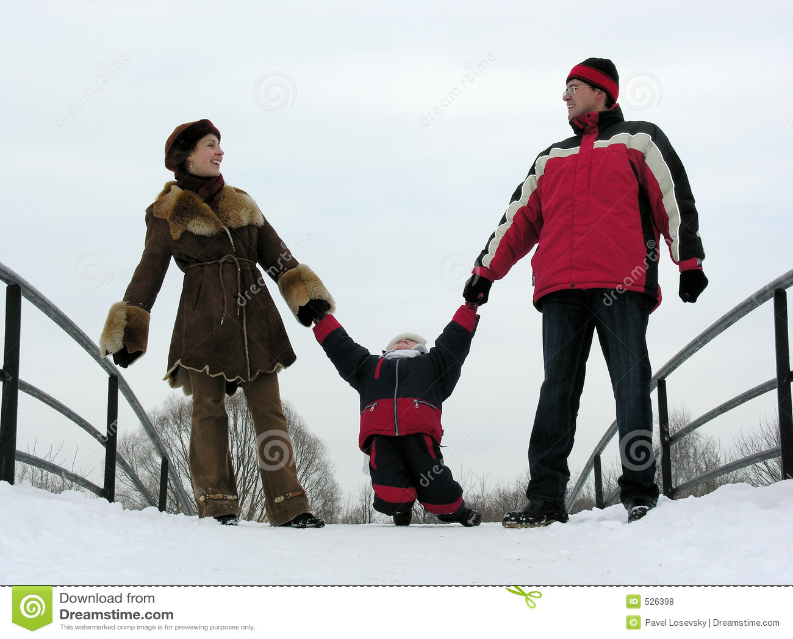 Download 系列三 库存照片. 图片 包括有 父亲, 妈妈, 情感, 云彩, 室外, 联络, 女孩, 逗人喜爱, 节假日 - 526398