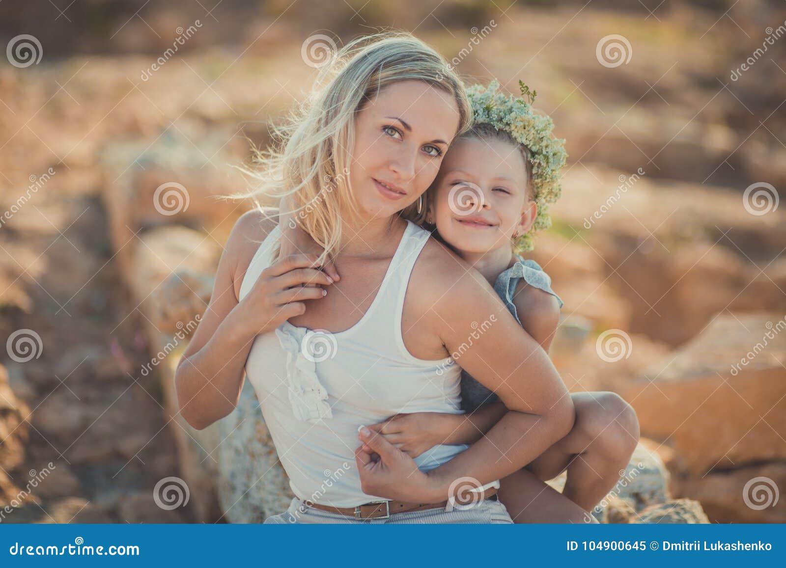 系列乐趣愉快有户外 一起享受时间的可爱的母亲和逗人喜爱的俏丽的女儿画象在古城ston
