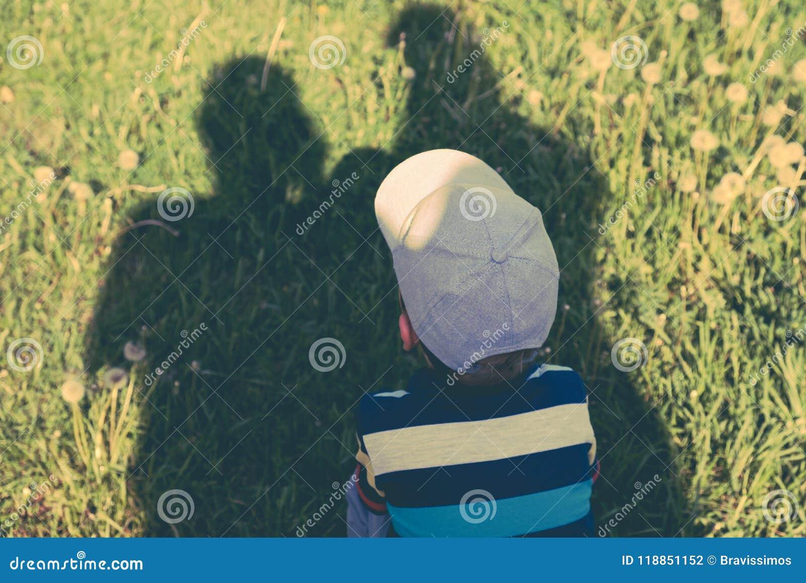 系列的概念 父母、父母的阴影保护孩子免受烧焦的太阳