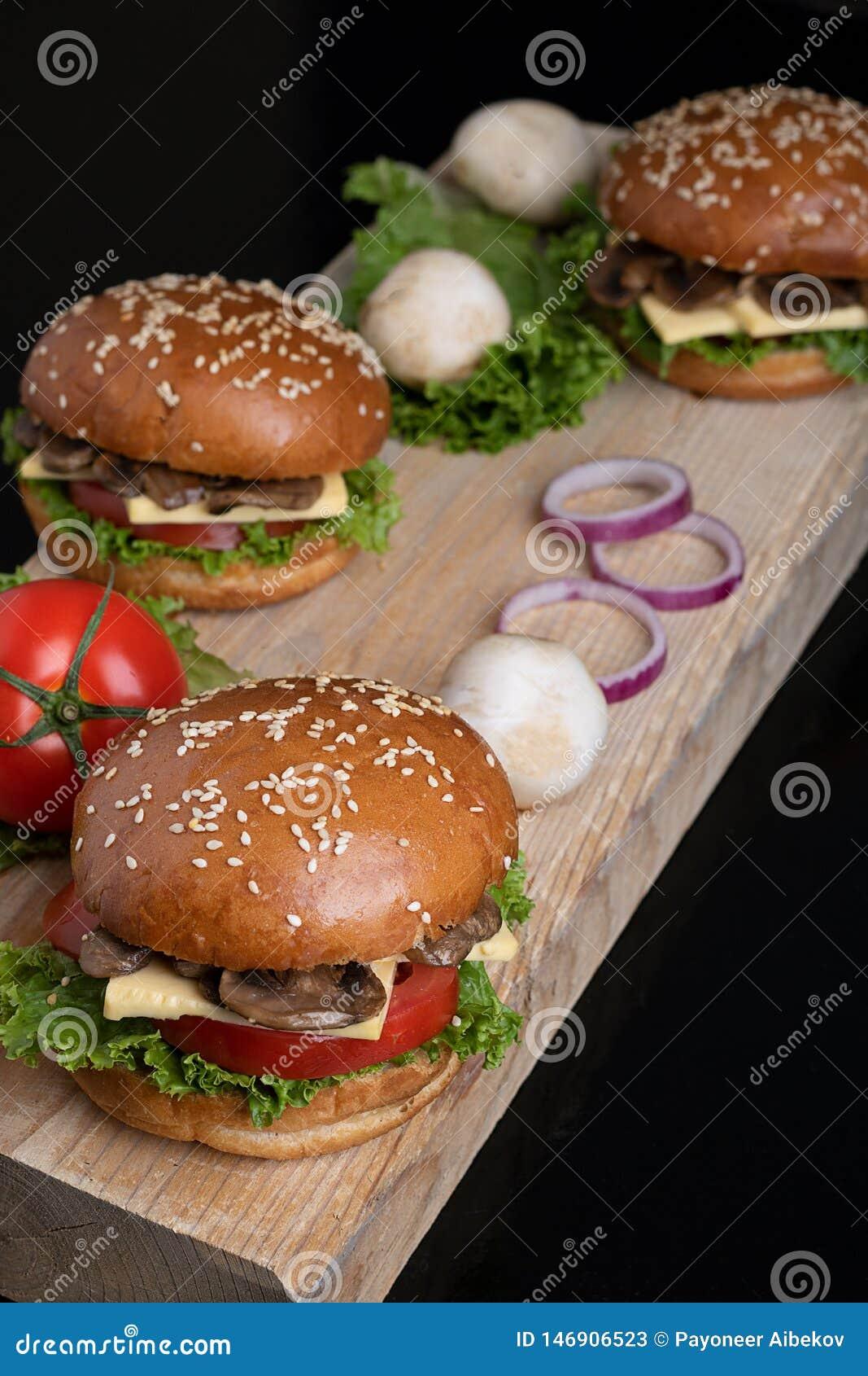 素食主义者水多的酥脆蘑菇汉堡小圆面包、健康膳食午餐的和晚餐