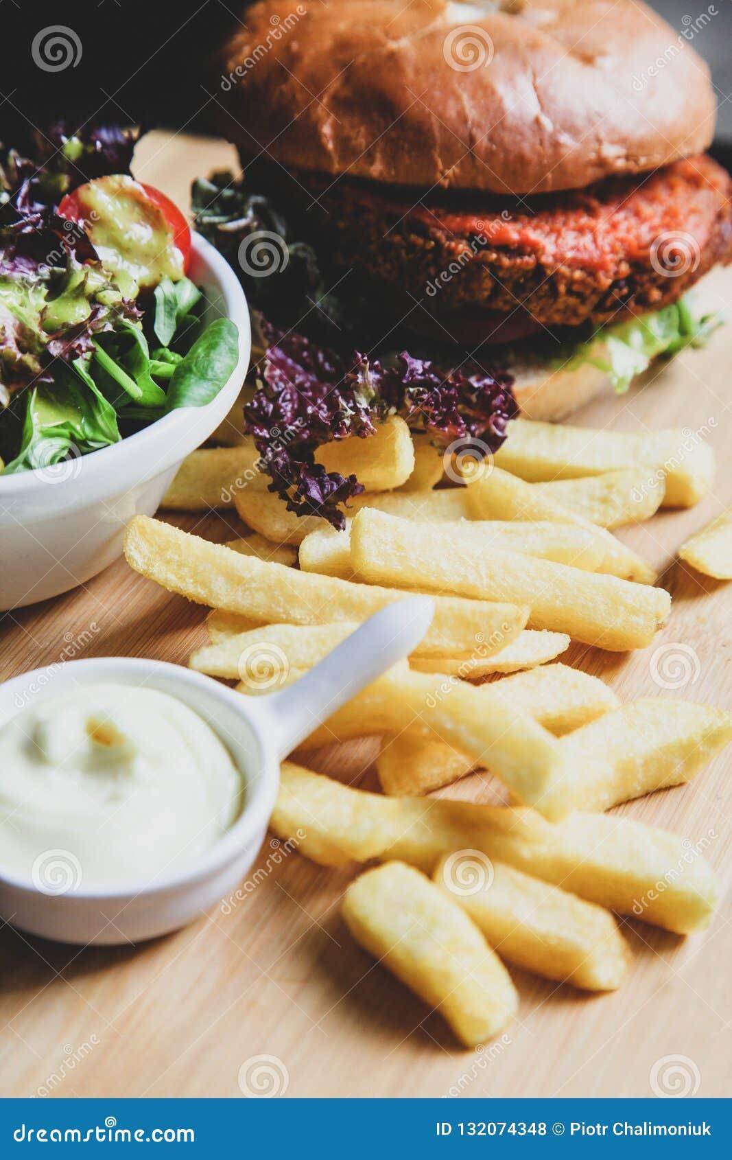 素食主义者汉堡用沙拉和薯条