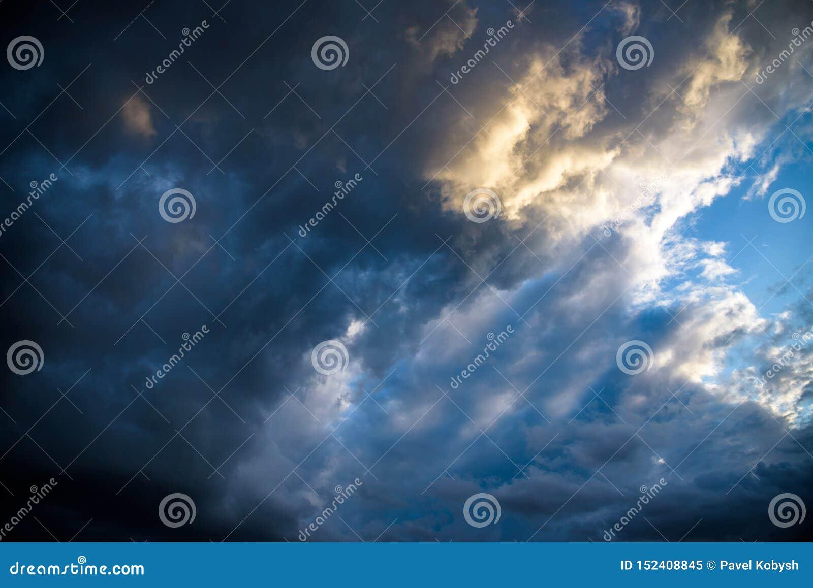 紧密:深灰风雨如磐的云彩在马焦雷湖上会集在一个镇静夏天晚上 云彩剧烈的射击掩盖