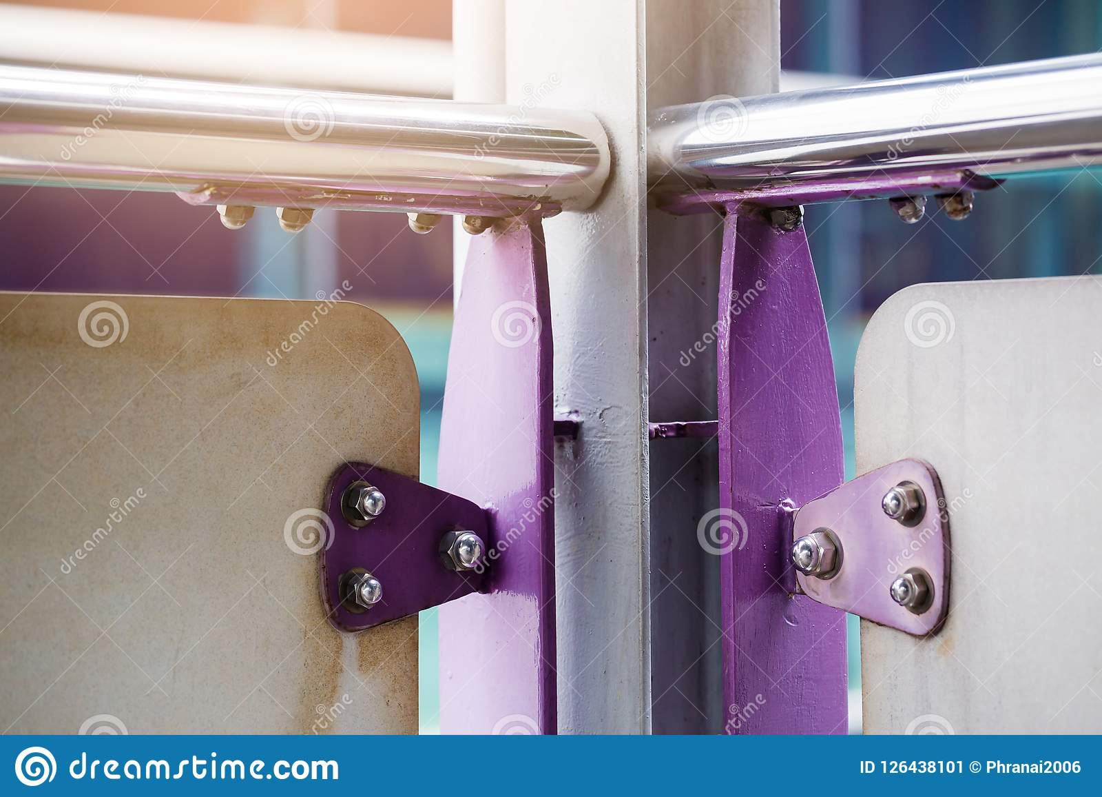 紫罗兰绘了金属板紧固与螺栓和不锈的nu