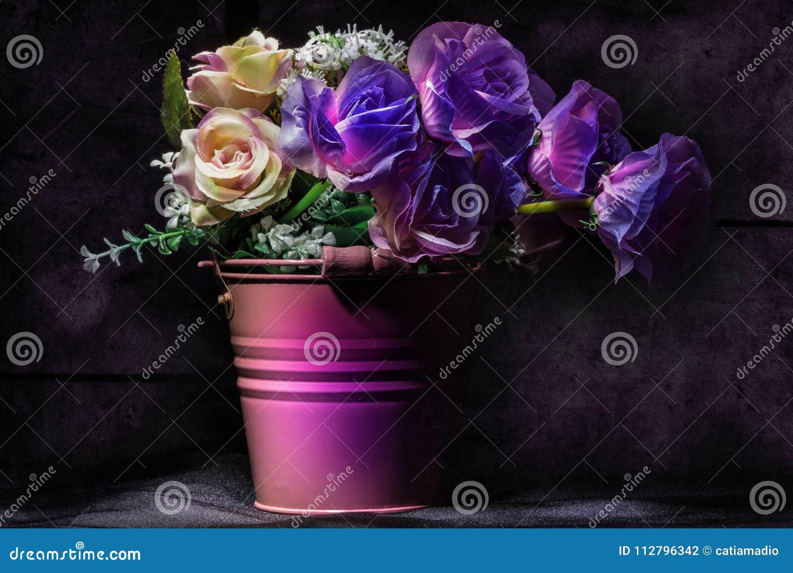 紫罗兰色花卉静物画