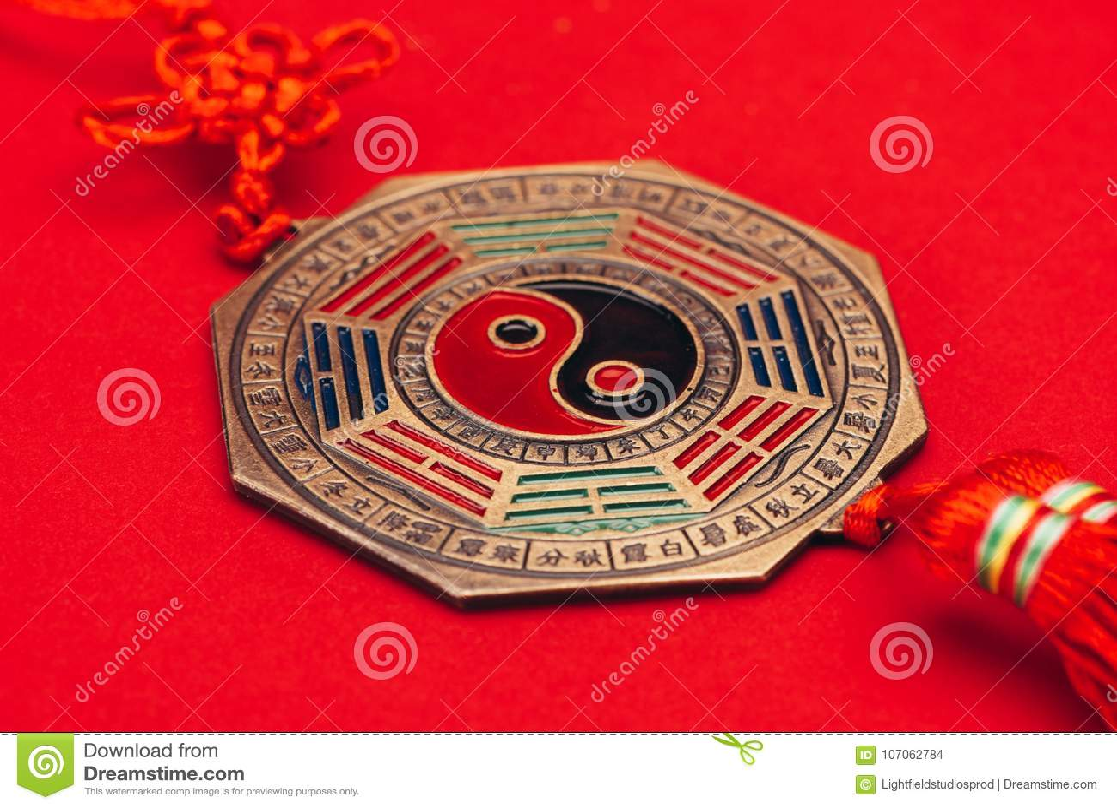 繁体中文yin和杨护符红色表面上