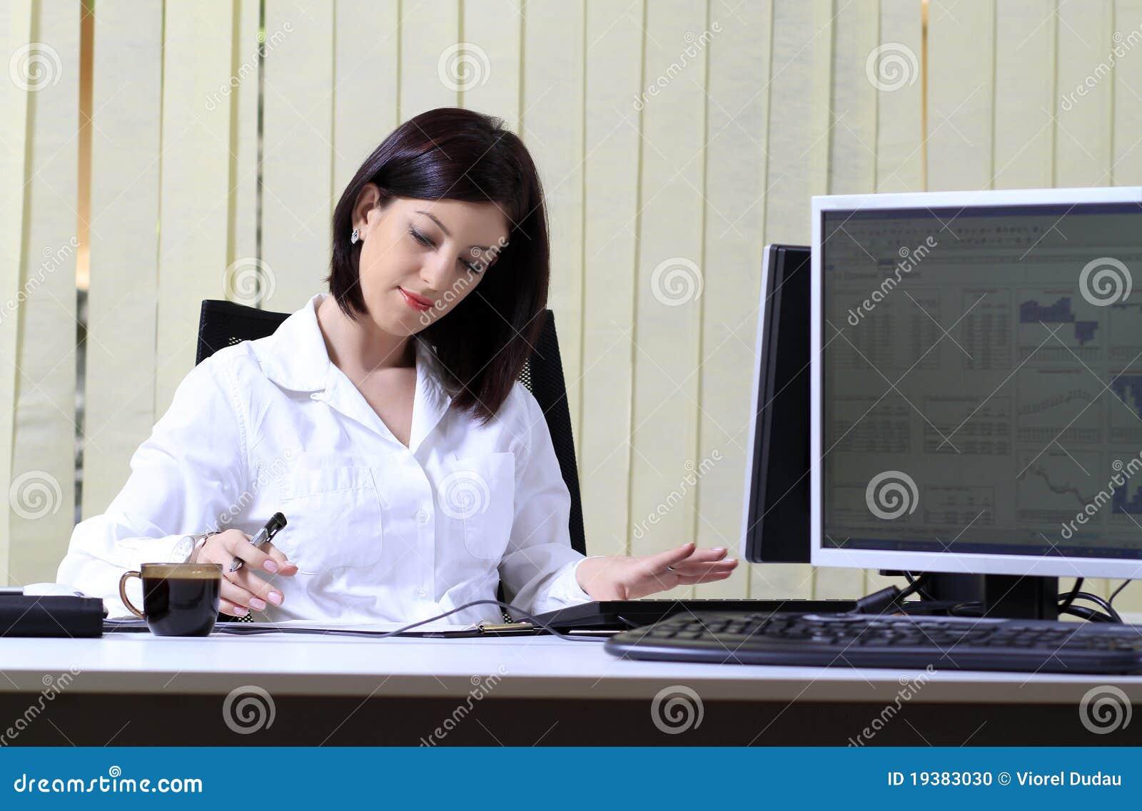 繁忙的办公室妇女