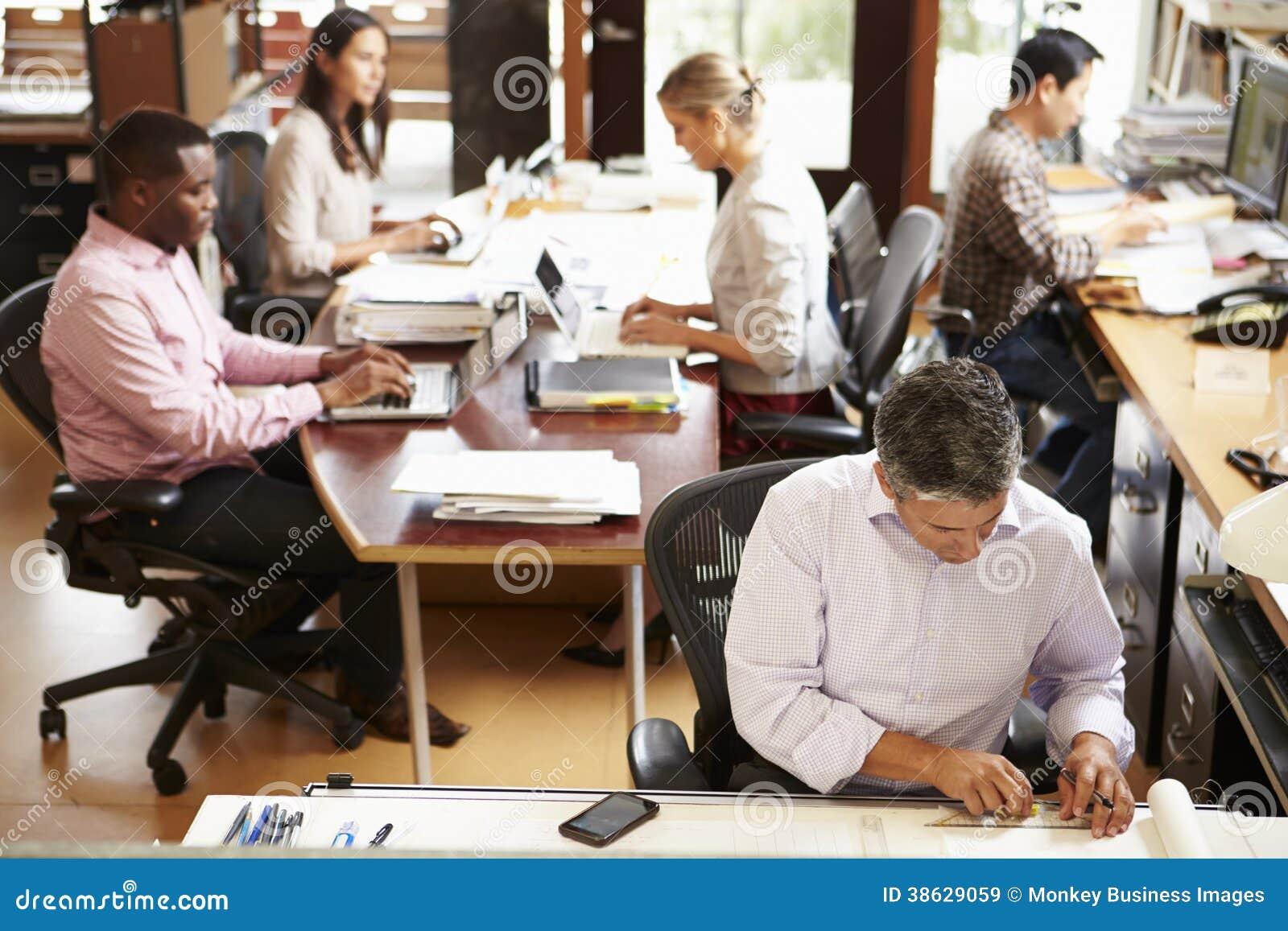 繁忙的建筑师事务所内部有职员工作的