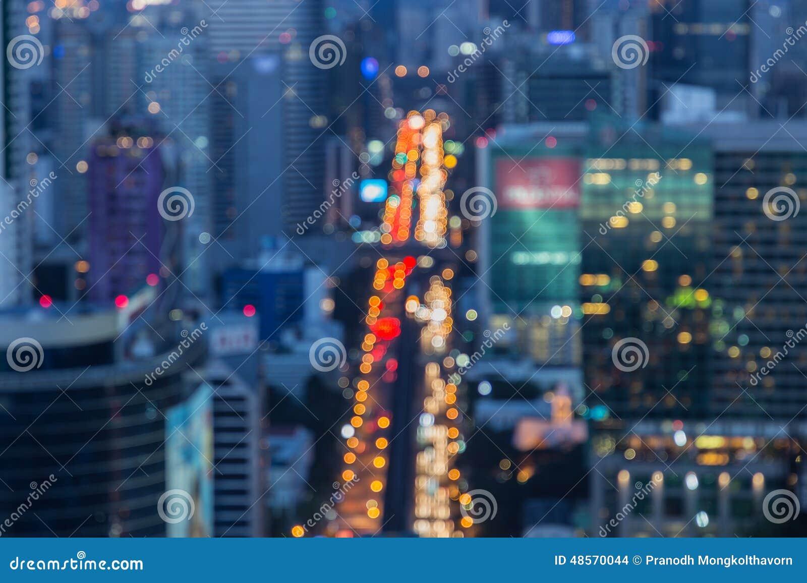 繁忙运输被弄脏的Defocused大城市光在晚上