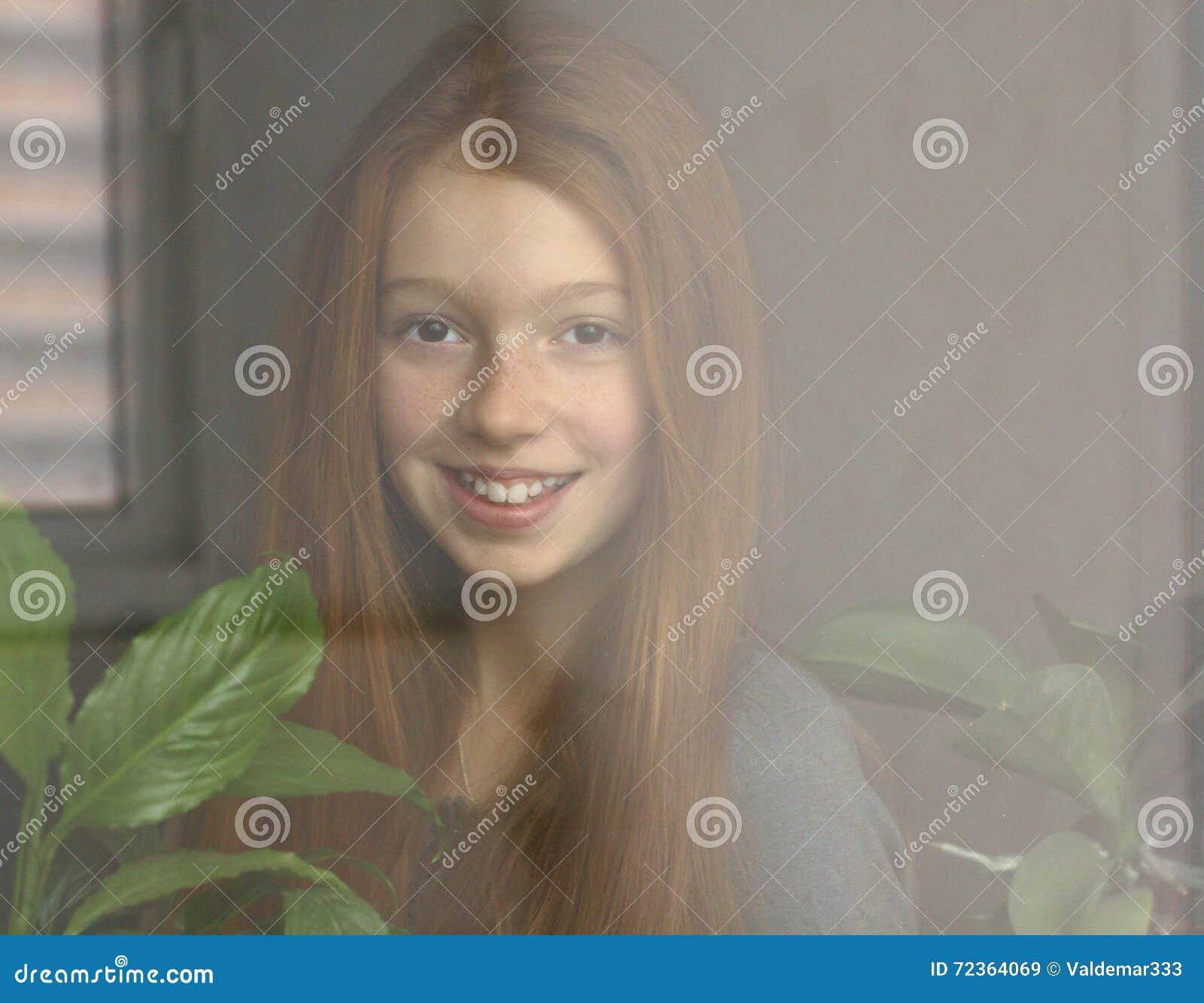 红发女孩微笑着
