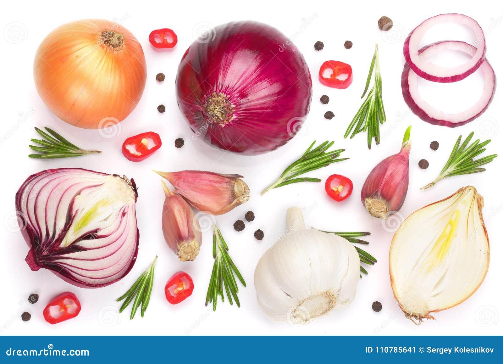 红洋葱、在白色背景隔绝的大蒜用迷迭香和干胡椒 顶视图 平的位置