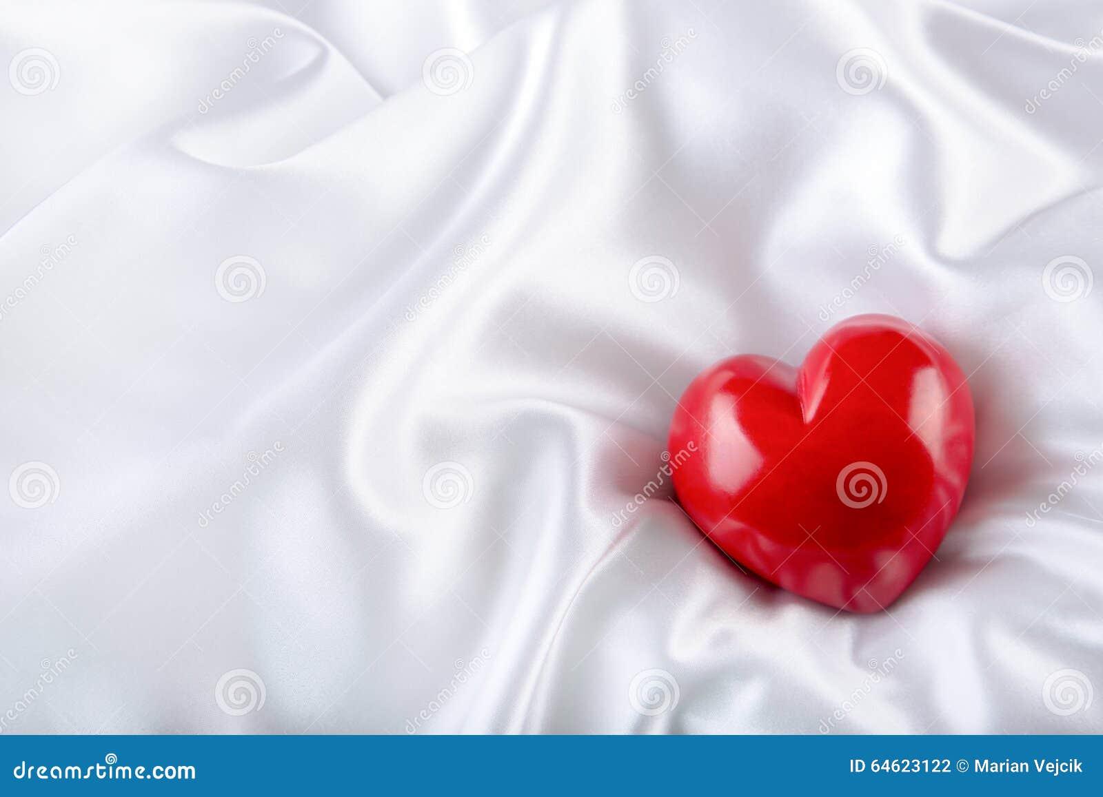 红色上升了 手工制造华伦泰心脏 衣物夫妇日愉快的葡萄酒婚礼 在白色缎的红色华伦泰心脏 文本:我爱你