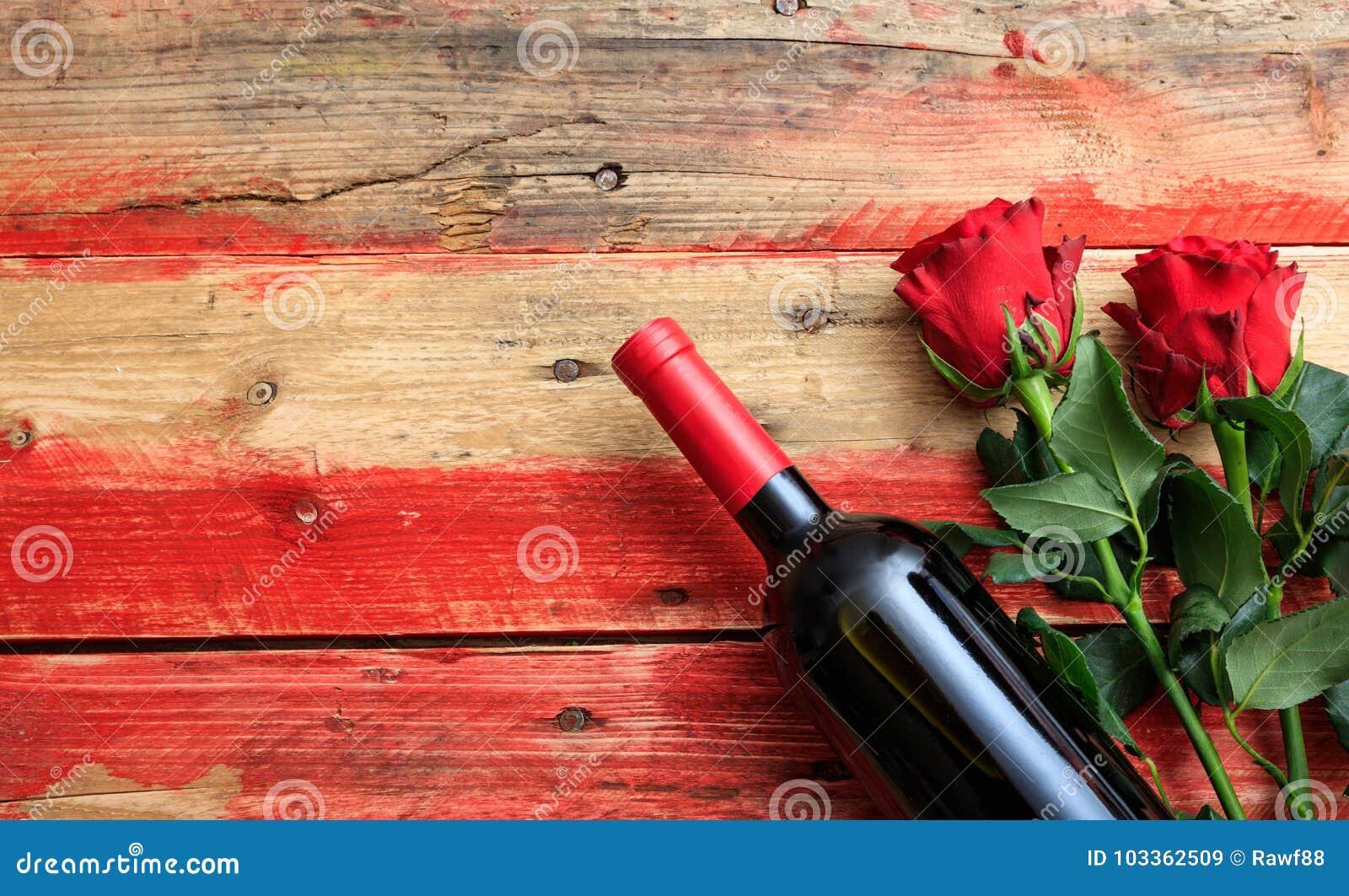 红色上升了 红葡萄酒瓶和英国兰开斯特家族族徽在木背景