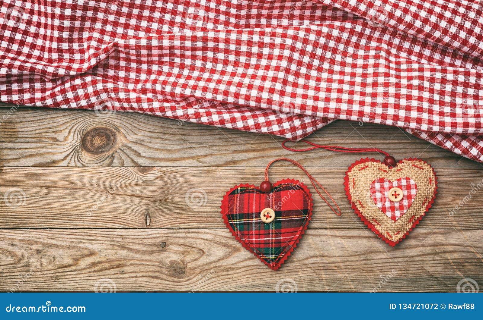 红色上升了 织品心脏顶视图,木背景