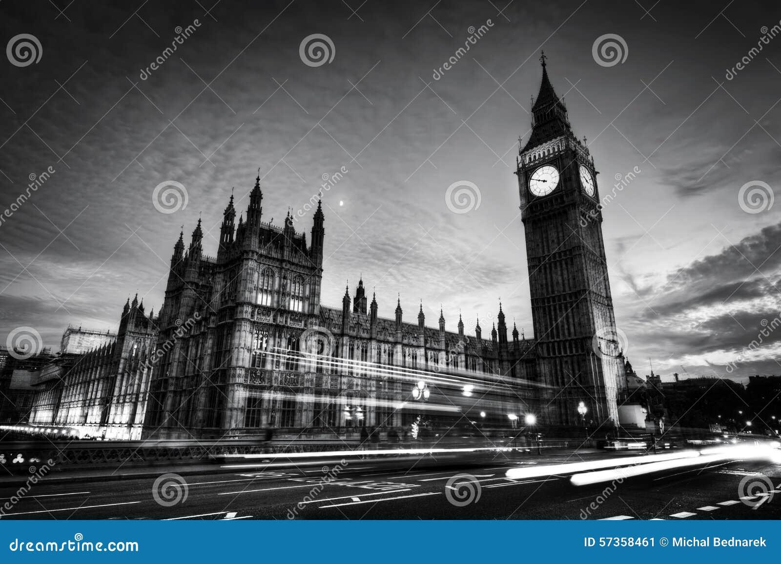 红色公共汽车、大本钟和威斯敏斯特宫殿在伦敦,英国 做的照片2012年8月9日 黑色白色