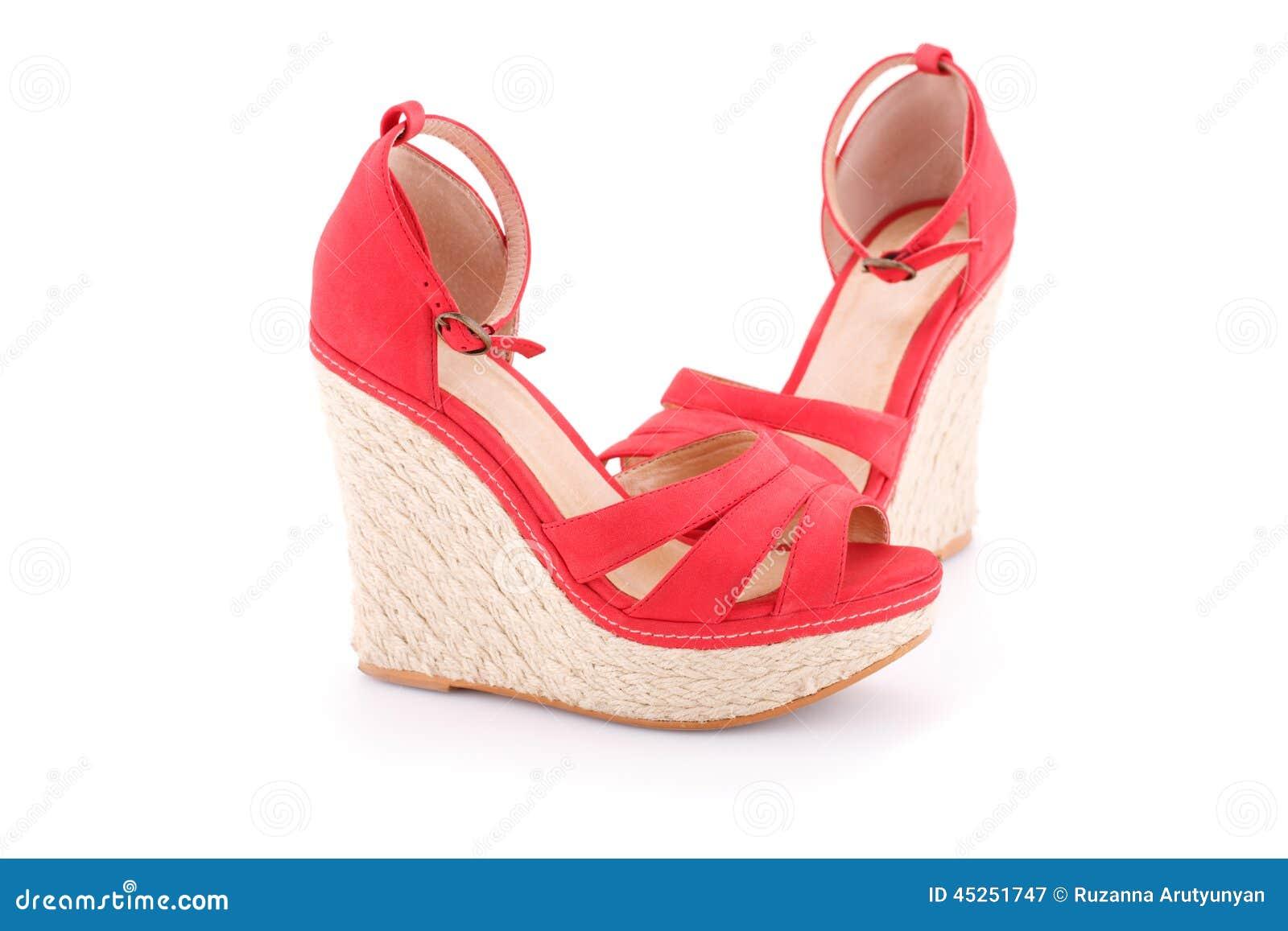 在白色背景隔绝的红色凉鞋.