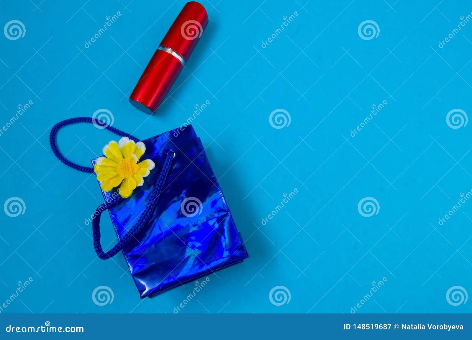 红色口红,包装,礼物的概念