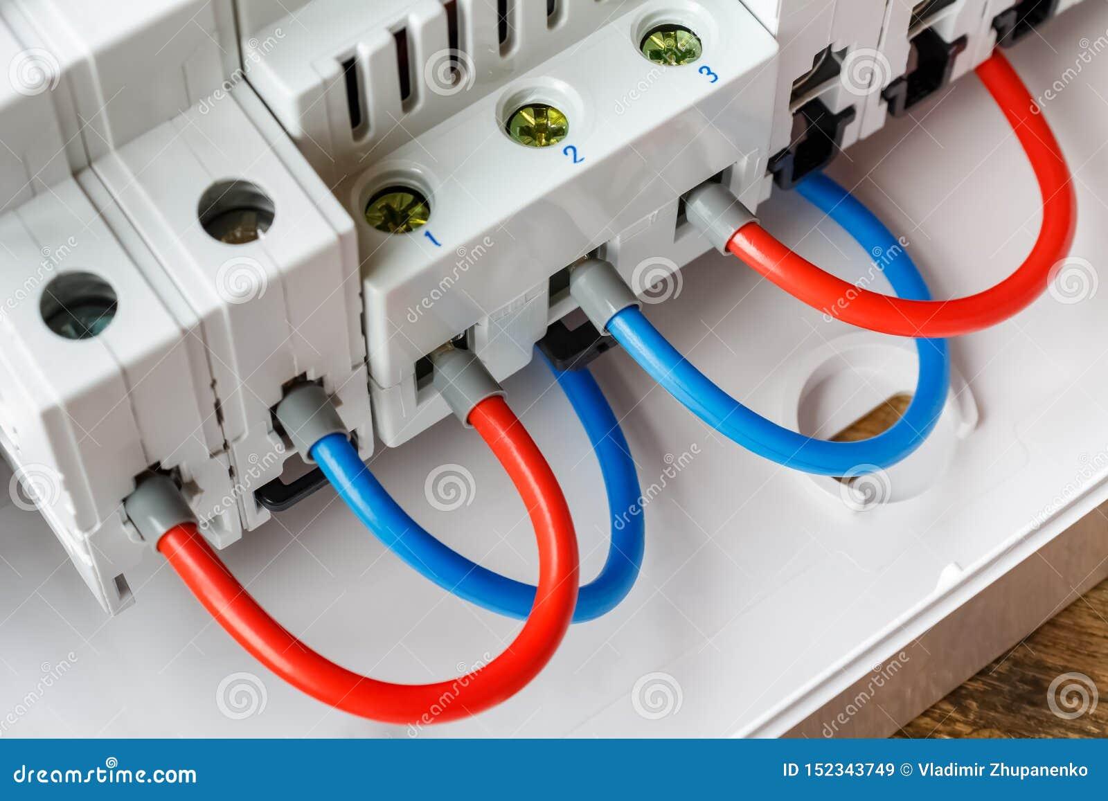 红色和蓝色导线特写镜头连接的安装的自动开关口岸