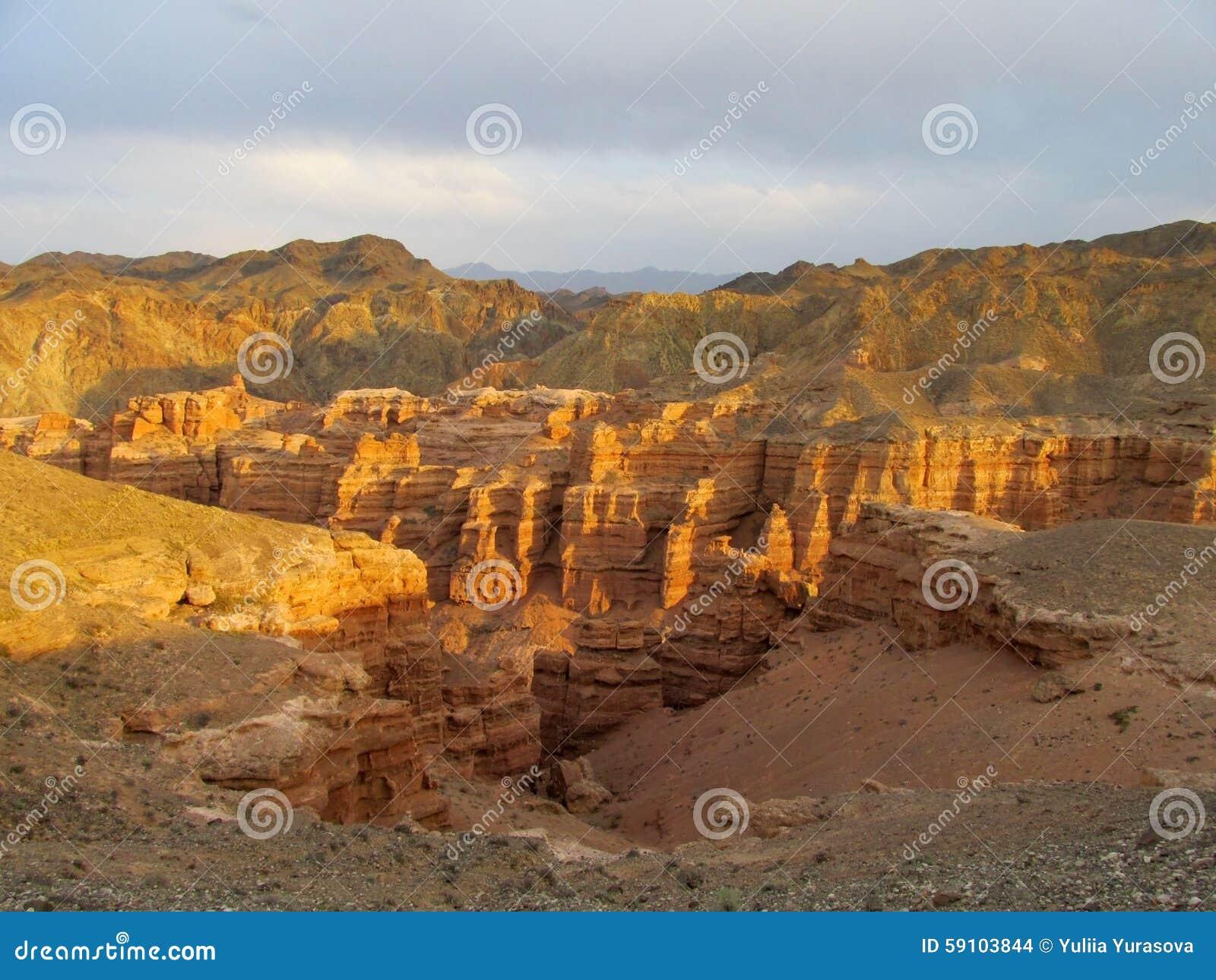 红色和黄色干燥峡谷