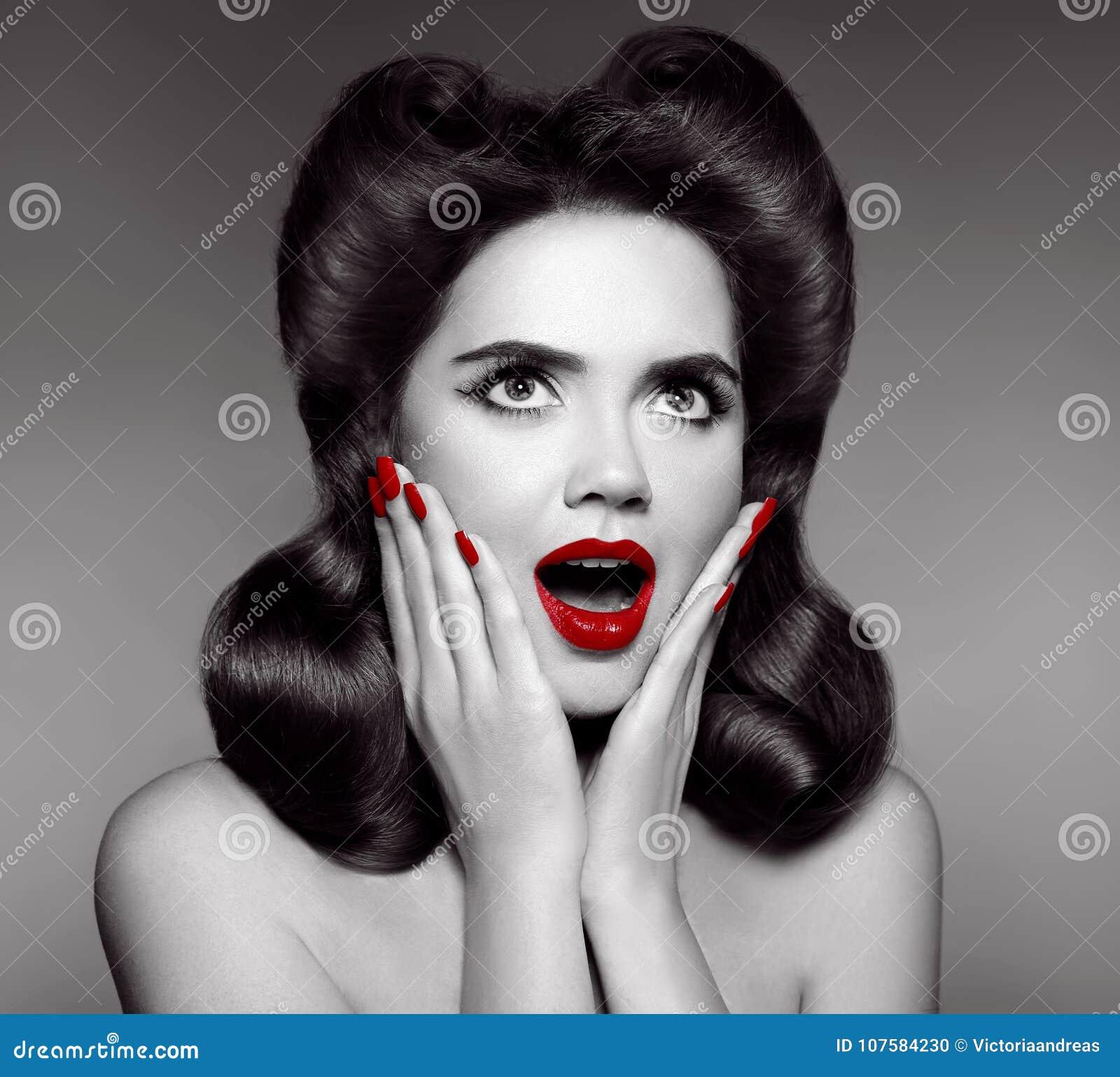 红色嘴唇和被修剪的钉子 女孩的惊奇的别针拿着面颊