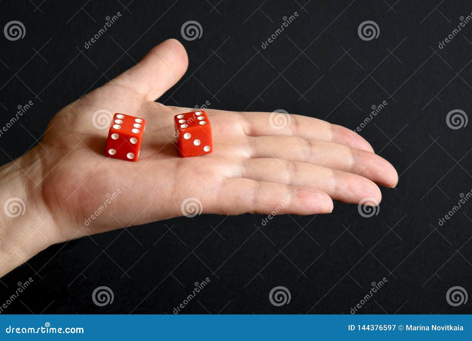 红色在男性棕榈切成小方块