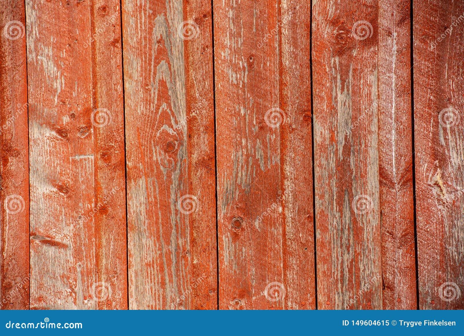 红色垂直的木铣板在阳光下