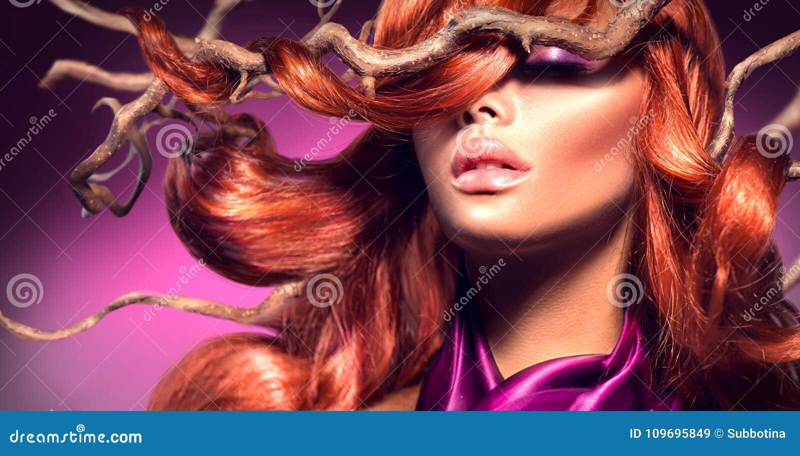 红色头发 塑造有长的卷曲红色头发的性感的妇女