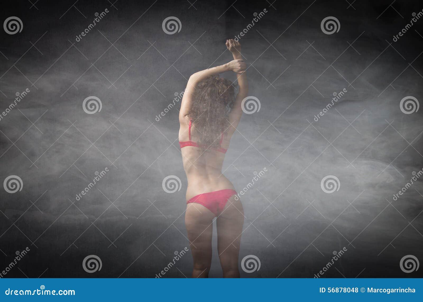 红色女用贴身内衣裤的女孩